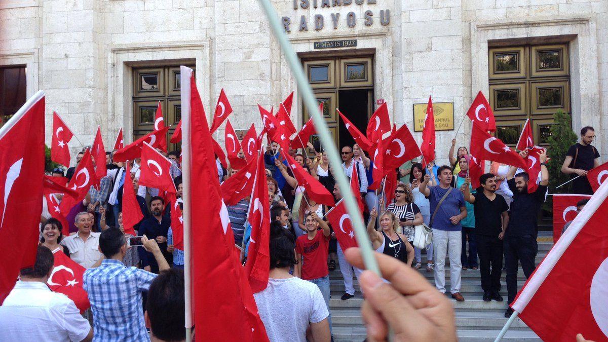 "TRT İstanbul Radyosu Ailesi ""Darbeye Hayır"" Dedi!"